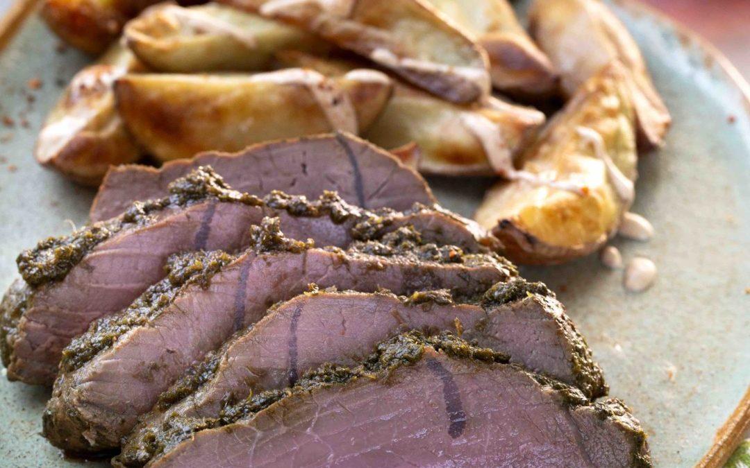 Carne al horno con cilantro acompañado de papas al merkén
